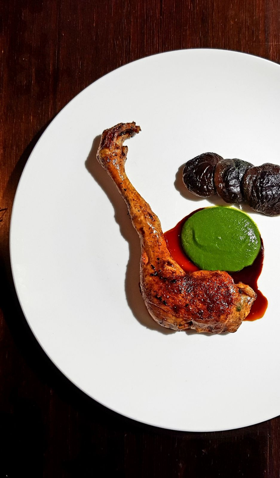 Pearl chicken leg with spinach sauce and sauce-glaze of birch sap syrup